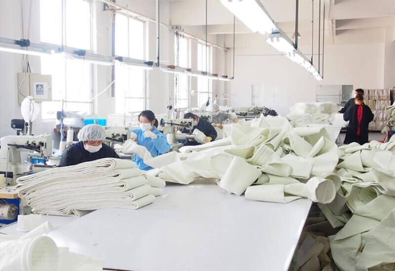 工場での縫製の様子